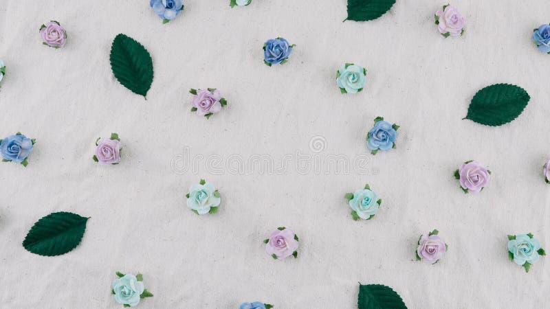 Modello dei fiori di carta e delle foglie verdi della rosa blu di tono immagine stock libera da diritti
