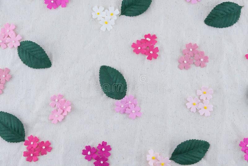 Modello dei fiori di carta e delle foglie verdi di tono rosa immagini stock libere da diritti