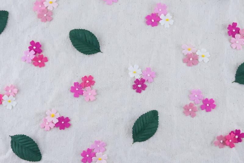 Modello dei fiori di carta e delle foglie verdi di tono rosa immagini stock