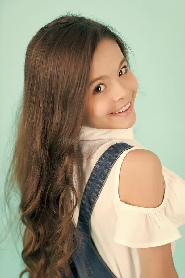 Modello del bambino con capelli castana sani lunghi immagine stock