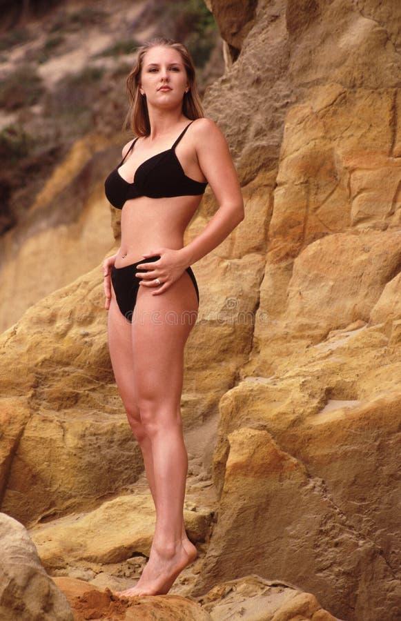 Modello del bikini sulla spiaggia fotografie stock libere da diritti