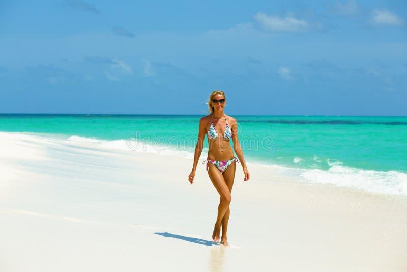 Modello del bikini sulla spiaggia fotografia stock