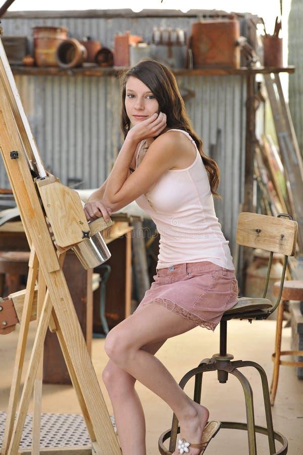 Modello del Brunette al supporto dell'artista immagini stock libere da diritti