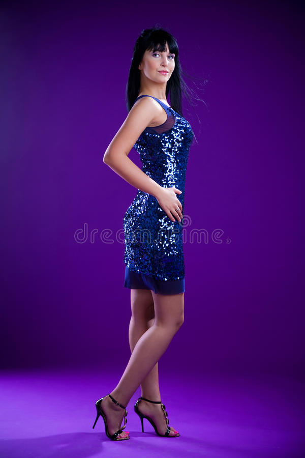 Modello del Brunette in vestito blu fotografie stock libere da diritti