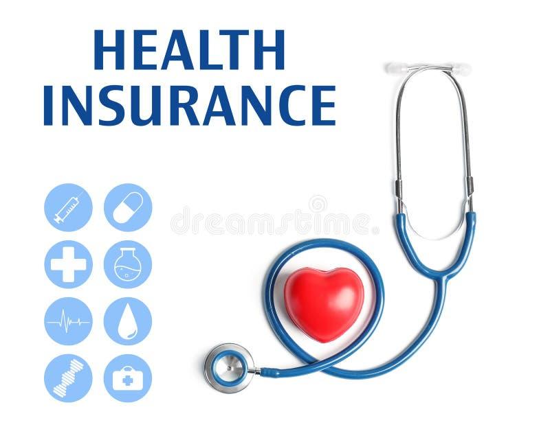 Modello del cuore e dello stetoscopio su fondo leggero Attrezzatura medica immagini stock