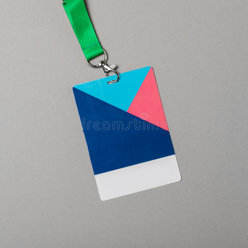 Modello del distintivo di colore su fondo grigio Derisione vuota normale dell'etichetta di nome su con la corda di colore fotografia stock