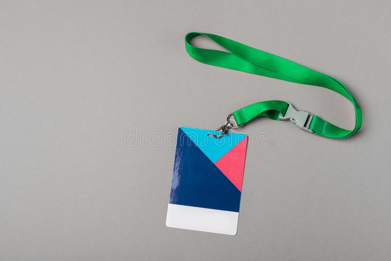 Modello del distintivo di colore su fondo grigio Derisione vuota normale dell'etichetta di nome su con la corda di colore immagini stock