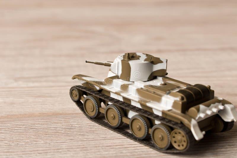 Modello del giocattolo del carro armato sovietico su una tavola di legno fotografie stock