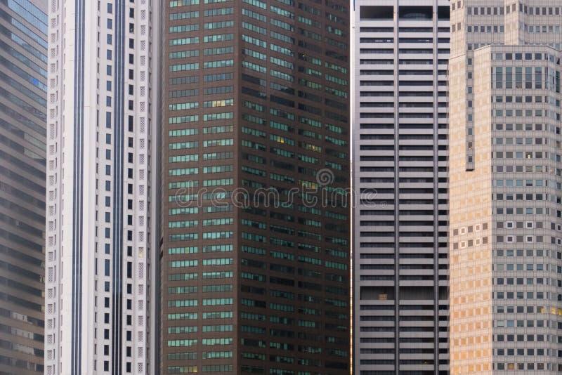 Modello del grattacielo sulla costruzione moderna di affari a Singapore fotografie stock libere da diritti