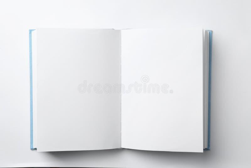 Modello del libro aperto su fondo bianco immagine stock
