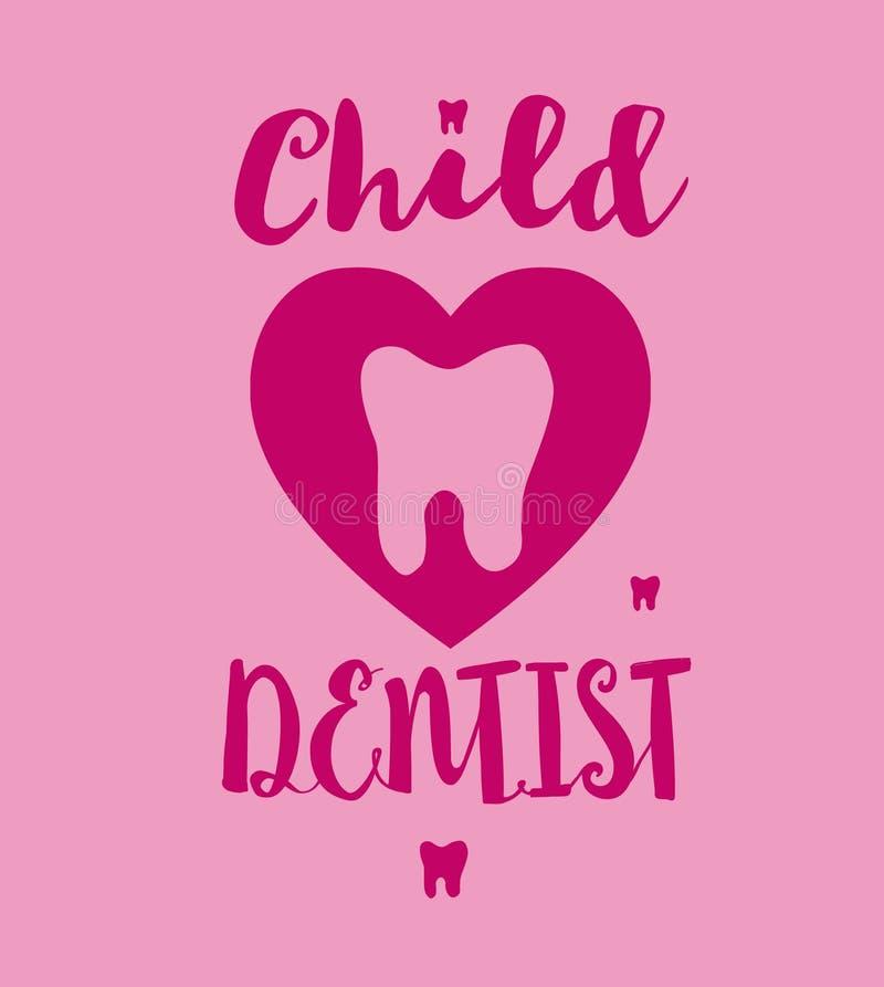 Modello del logo del dentista del bambino con il dente del fumetto La mano rosa di colori ha schizzato l'iscrizione della tipogra fotografia stock libera da diritti