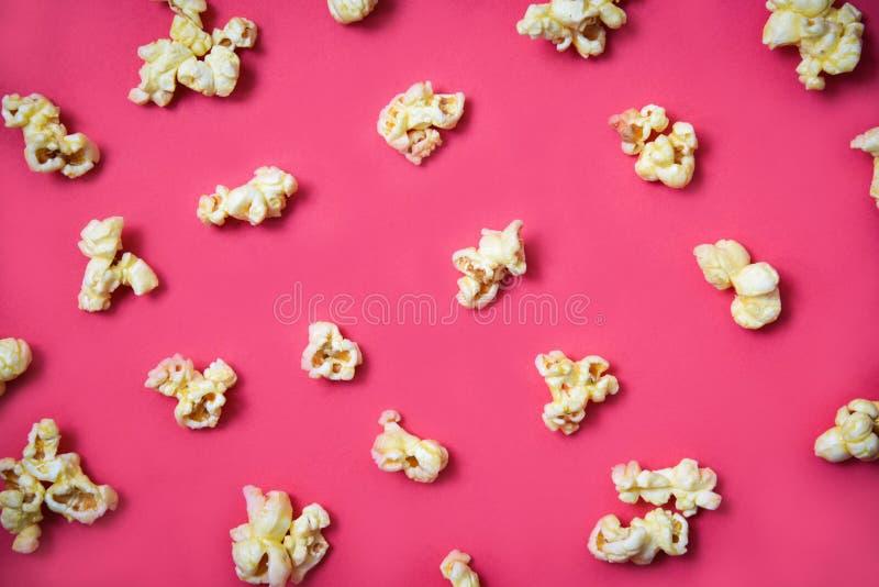 Modello del popcorn su fondo rosso sul popcorn dolce del burro di vista superiore immagine stock