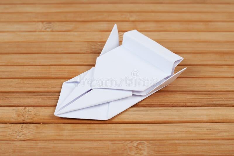 Modello dell'automobile di origami su legno Figurina del veicolo fatta di carta piegata Elemento dell'esposizione di arte Vettura fotografia stock