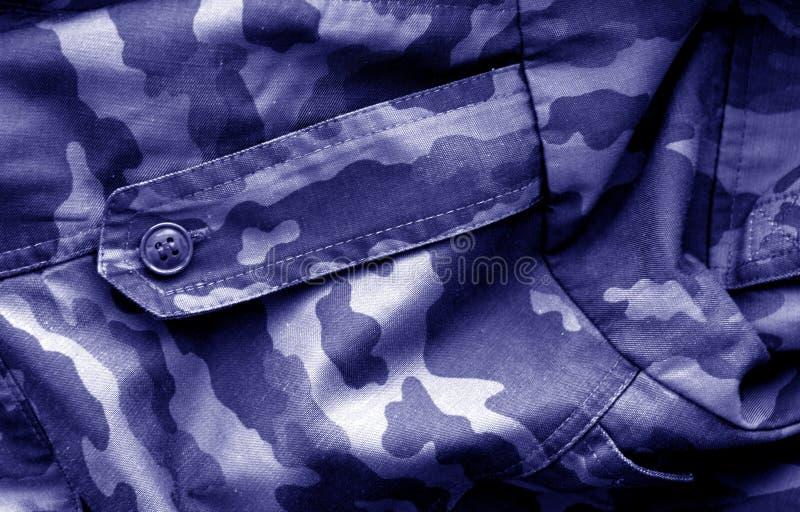 Modello dell'uniforme militare con effetto della sfuocatura nel tono blu immagini stock
