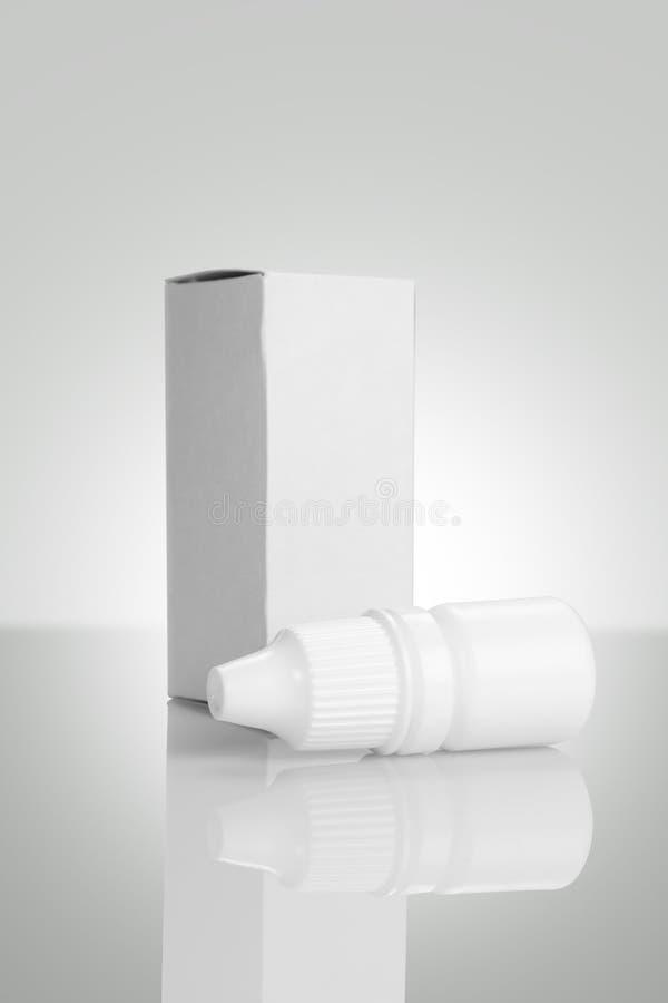 Modello della bottiglia di collirio isolato su fondo bianco fotografia stock libera da diritti