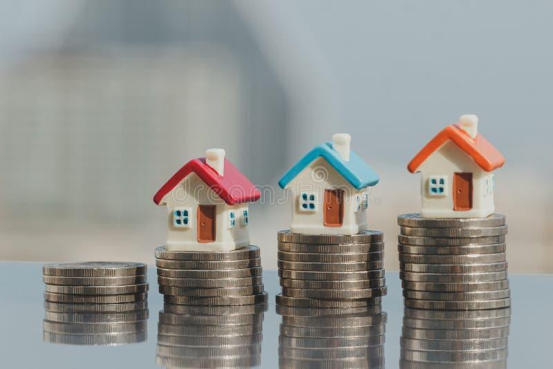 Modello della Camera sulla pila delle monete soldi di progettazione di risparmio delle monete per comprare un concetto domestico fotografia stock libera da diritti
