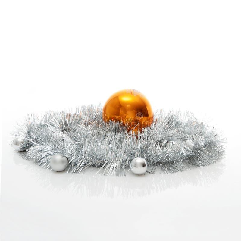 Modello della cartolina d'auguri fatto di lamé d'argento con argento e delle palle arancio di natale con lo spazio della copia, v fotografia stock