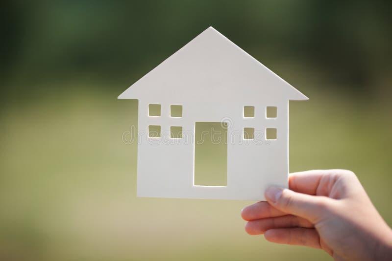 Modello della casa della tenuta della mano all'aperto fotografia stock libera da diritti