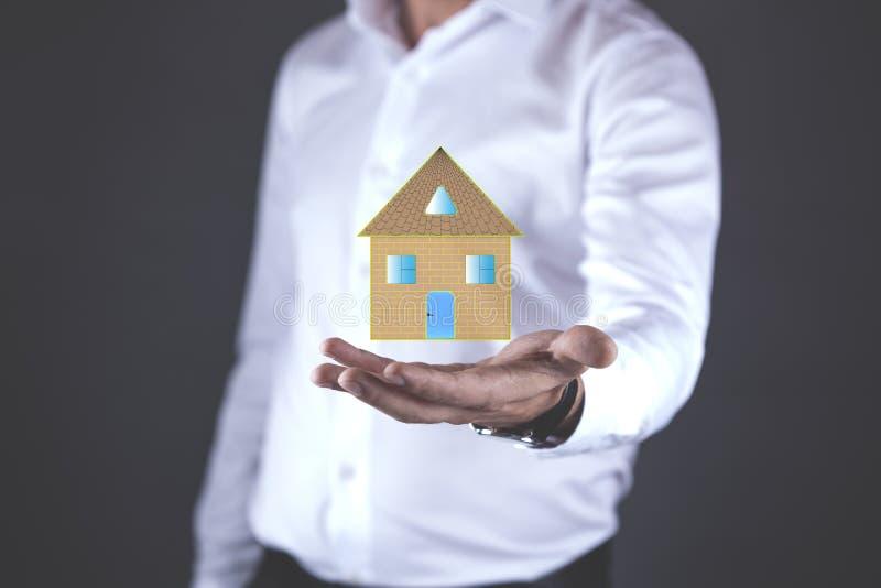 Modello della casa della mano del giovane in schermo fotografie stock libere da diritti