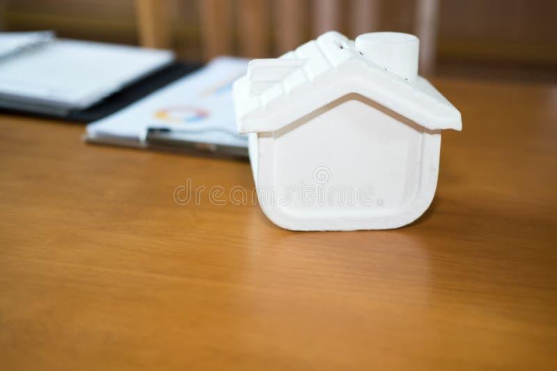 modello della casa sulla scrivania di legno proprietà di vendita & dell'affare Est reale fotografia stock libera da diritti