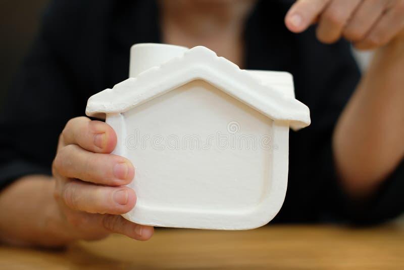 modello della casa della tenuta di agente immobiliare agente immobiliare che mostra proprietà immagine stock libera da diritti