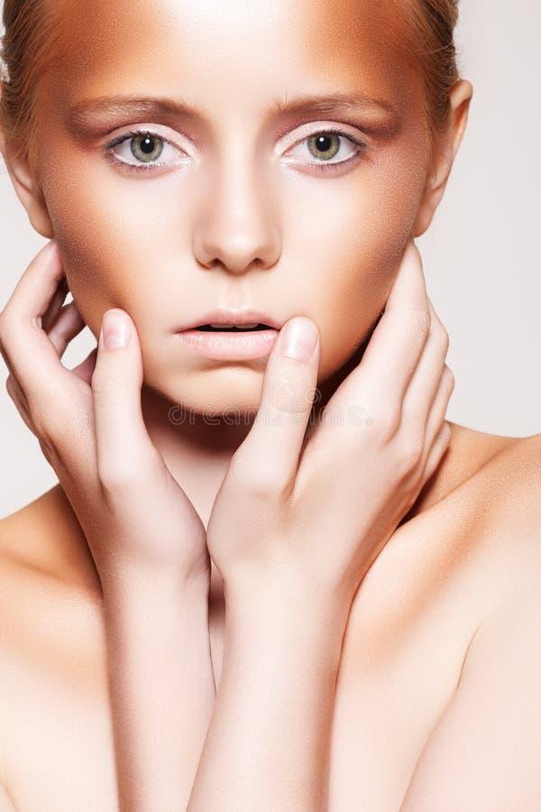 Modello della donna con trucco della plastica del bronzer di modo immagini stock