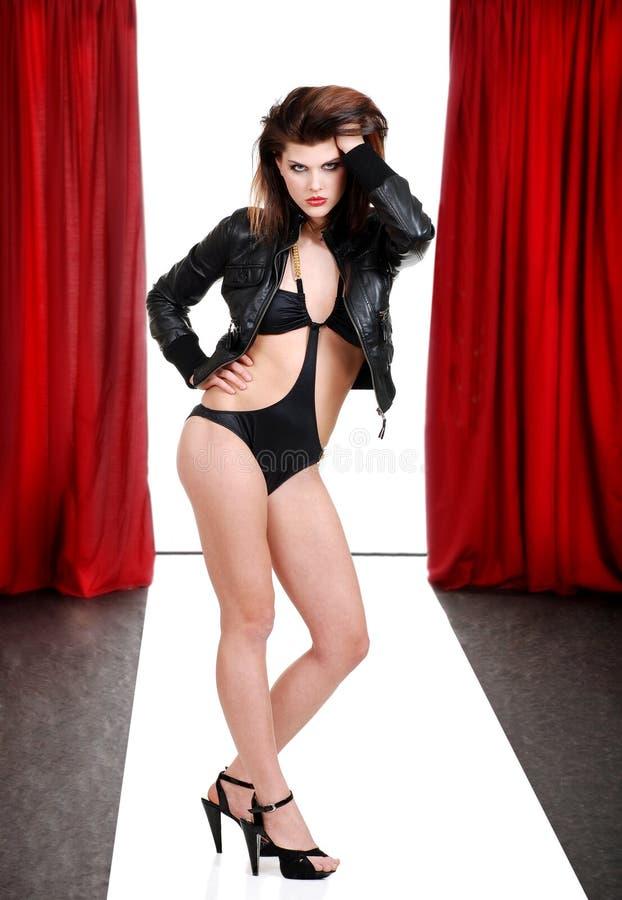 Modello della donna in vestito di bagno sulla passerella immagini stock libere da diritti