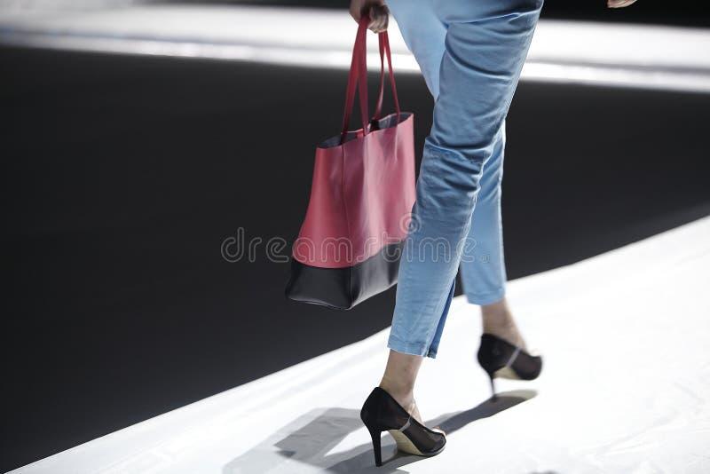 Modello della pista della sfilata di moda fotografie stock libere da diritti