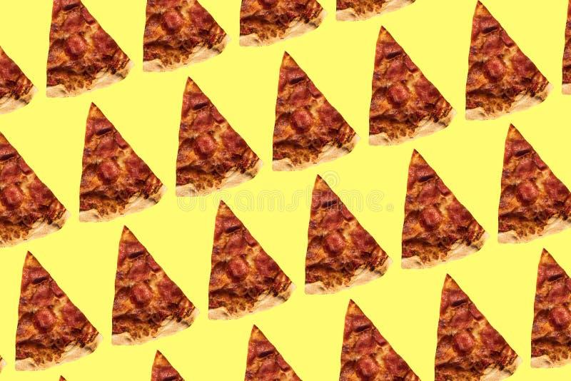Modello della pizza su fondo giallo Collage di arte fotografia stock