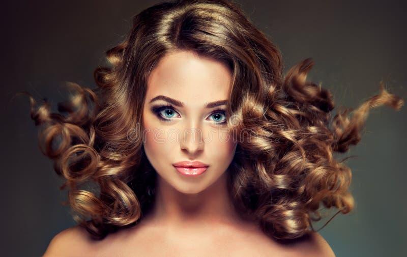 Modello della ragazza con capelli densi e ricci fotografie stock libere da diritti