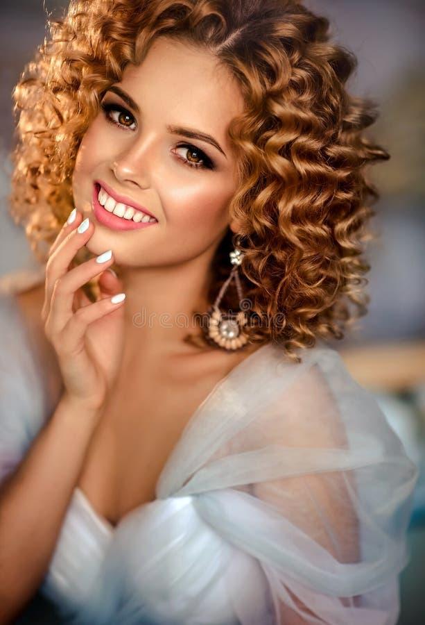 Modello della ragazza con capelli densi e ricci immagine stock libera da diritti