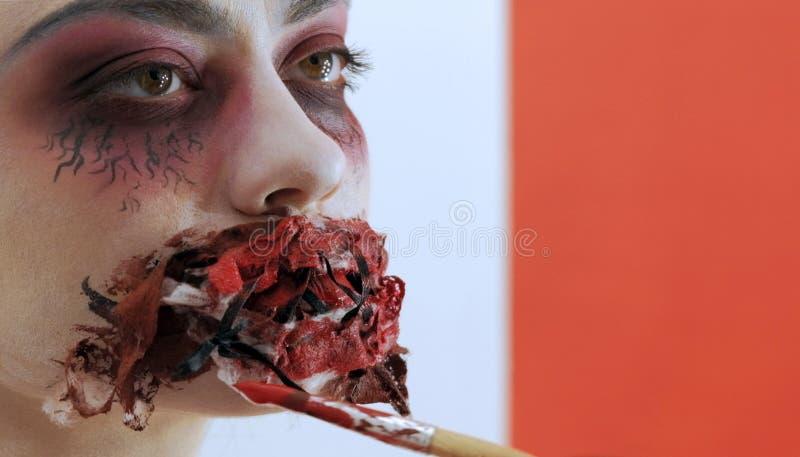 Modello della ragazza con trucco spaventoso sul suo primo piano del fronte Trucco professionale del fronte per Halloween Preparan fotografie stock