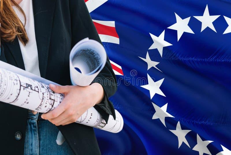 Modello della tenuta della donna dell'architetto contro il fondo d'ondeggiamento della bandiera di Islands del cuoco Concetto di  fotografie stock libere da diritti
