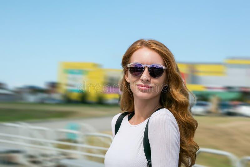 Modello della testarossa in vetri degli occhiali da sole immagine stock