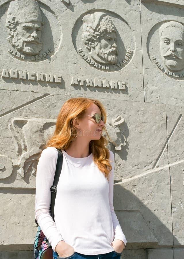 Modello della testarossa vicino al monumento ai cosacchi fotografie stock
