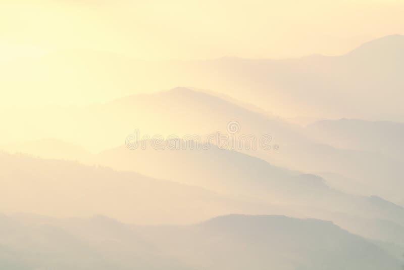 Modello delle montagne nebbiose distanti fotografie stock libere da diritti