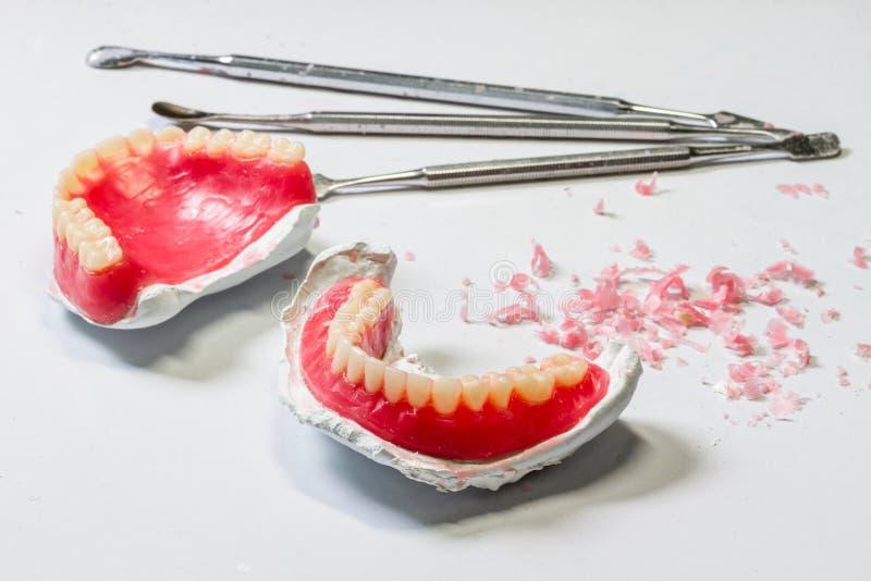 Modello delle protesi dentarie della cera tavola del posto di lavoro dell'odontotecnico fotografie stock