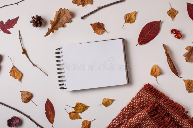 Modello dello Sketchbook in composizione in autunno immagine stock