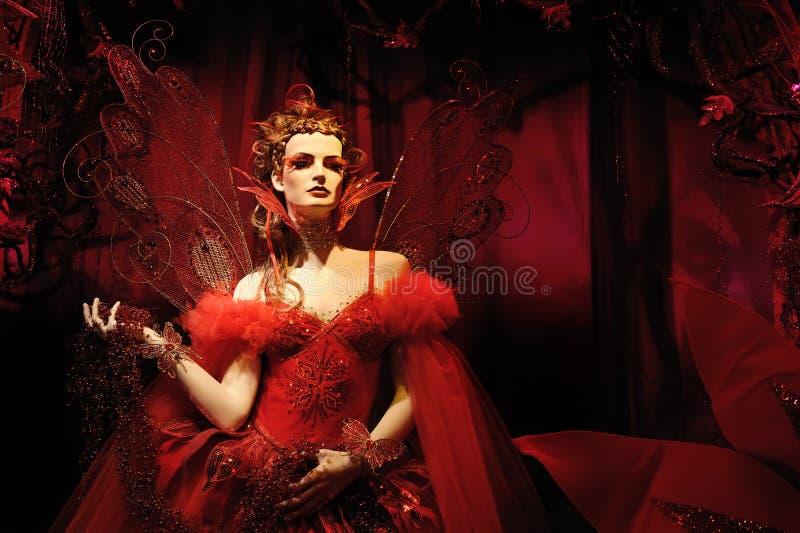 Modello di alto modo in vestito rosso e nella fantasia s fotografie stock