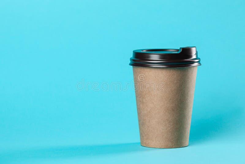 Modello di carta asportabile della tazza di caffè isolato su fondo blu fotografia stock libera da diritti