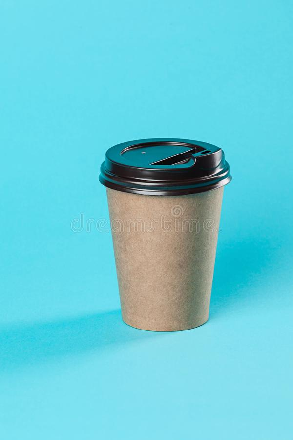 Modello di carta asportabile della tazza di caffè isolato su fondo blu immagini stock libere da diritti