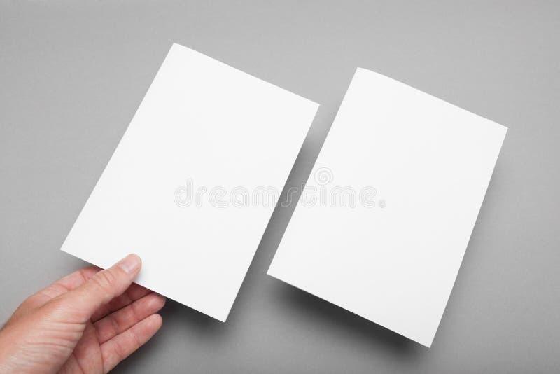 Modello di carta dell'aletta di filatoio A5, modello dell'invito Pagine anteriori e posteriori fotografie stock