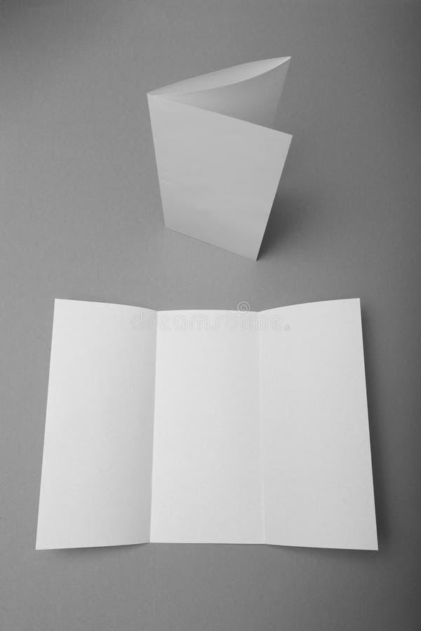 Modello di carta triplo dell'opuscolo Modello bianco della cartella fotografia stock