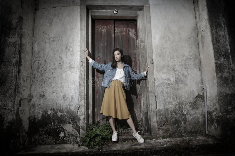 Modello di cura di pelle alla vecchia casa di pietra misera fotografia stock libera da diritti