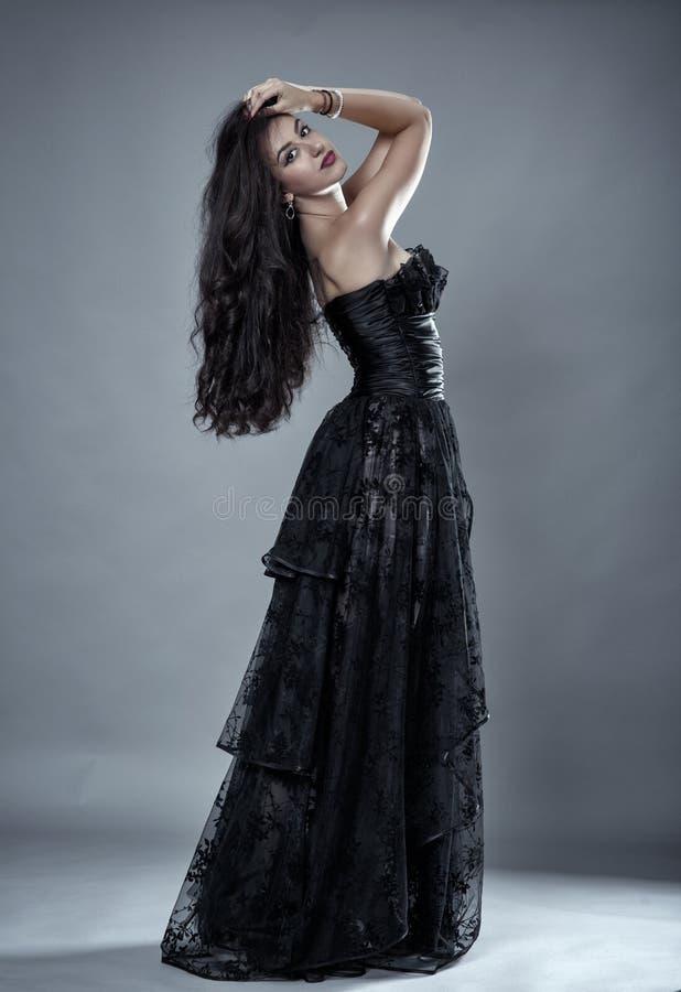 Modello di fascino in vestito nero dal pizzo fotografia stock