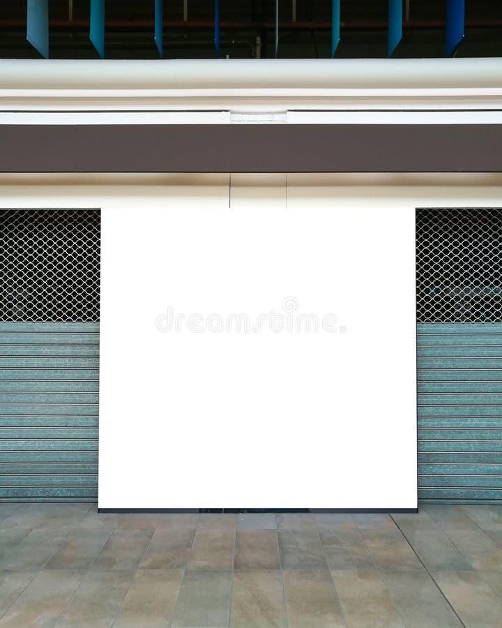 Modello di grande tabellone per le affissioni nel centro commerciale vicino ai negozi chiusi con l'otturatore del rullo fotografia stock