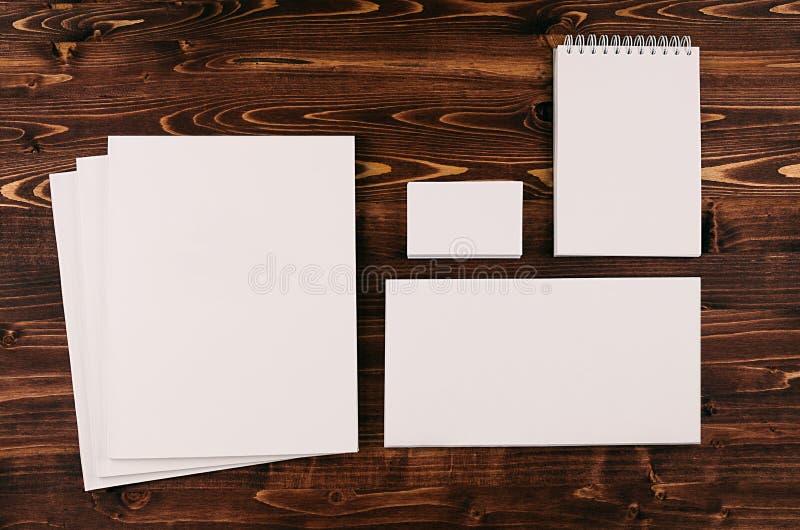 Modello di identità corporativa, cancelleria sul bordo di legno marrone d'annata Derida su per marcare a caldo, le presentazioni  immagini stock libere da diritti