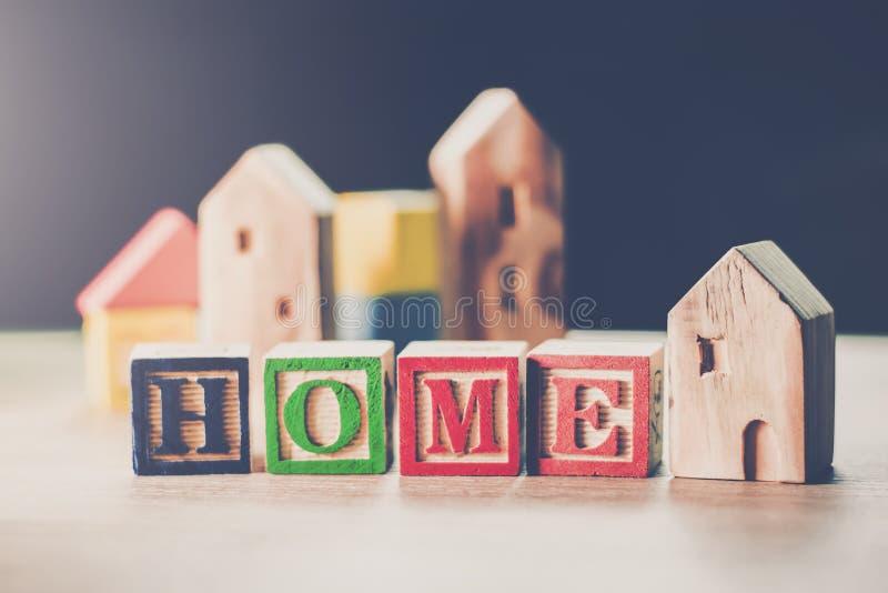 Modello di legno domestico del giocattolo, case miniatura per le particelle elementari di concetto dell'acquisto di prestito sist fotografie stock libere da diritti