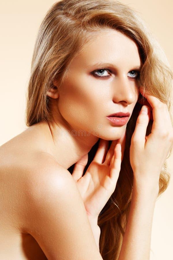 Modello di lusso della donna di modo con capelli ricci lunghi immagini stock libere da diritti