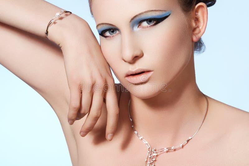 Modello di lusso della donna, monili brillanti eleganti di modo fotografia stock libera da diritti